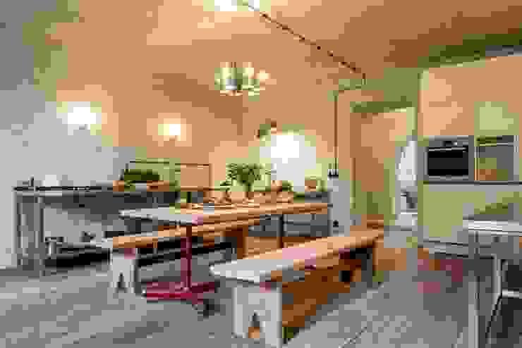 Duża kuchnia Industrialna kuchnia od Loft Kolasiński Industrialny Cegły