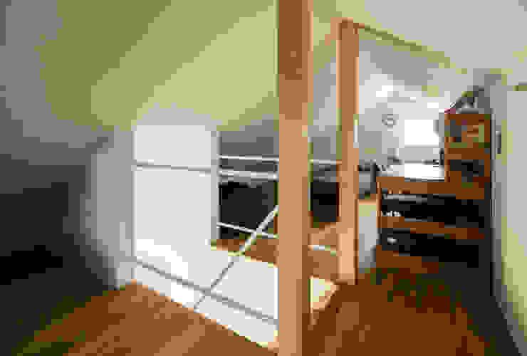 Habitaciones para niños de estilo moderno de 藤森大作建築設計事務所 Moderno Madera Acabado en madera