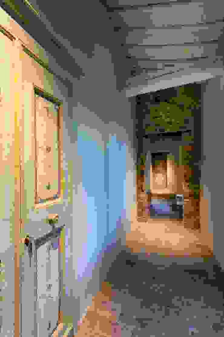 Porte del Passato Vestíbulos, pasillos y escalerasAccesorios y decoración Madera Multicolor
