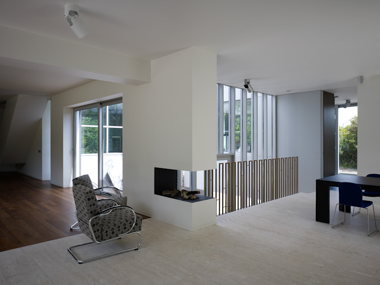 Villa in de duinen, Hoek van Holland Moderne woonkamers van De Zwarte Hond Modern