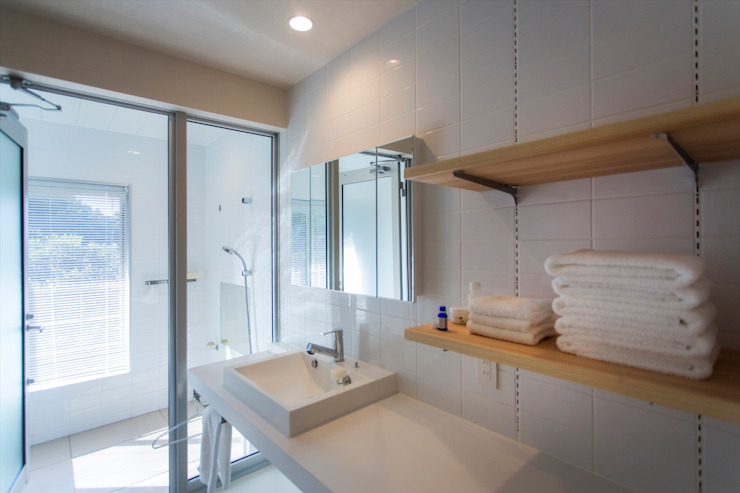 双海町の家: Y.Architectural Designが手掛けた現代のです。,モダン 磁器
