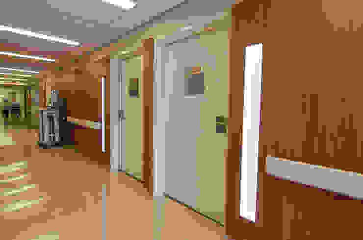 Hospital São Luiz Jabaquara Corredores, halls e escadas modernos por LMartins Fotografia Moderno
