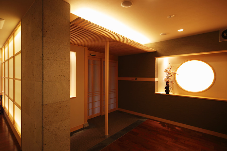 食事処 海鮮料理えいたろう和席 モダンなホテル の 株式会社井上輝美建築事務所+都市開発研究所 aim.design studio モダン