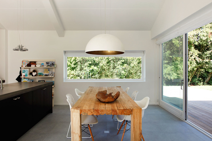 Scandinavian style dining room by De Zwarte Hond Scandinavian