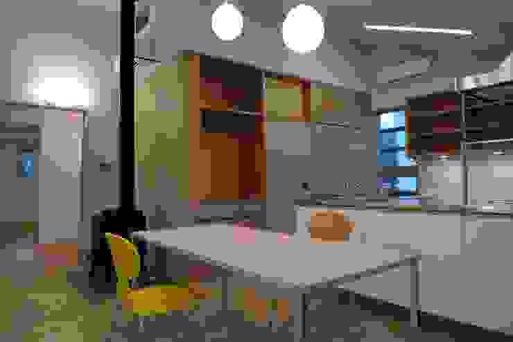 透き抜ける家 モダンデザインの ダイニング の 麻生建築設計工房 モダン