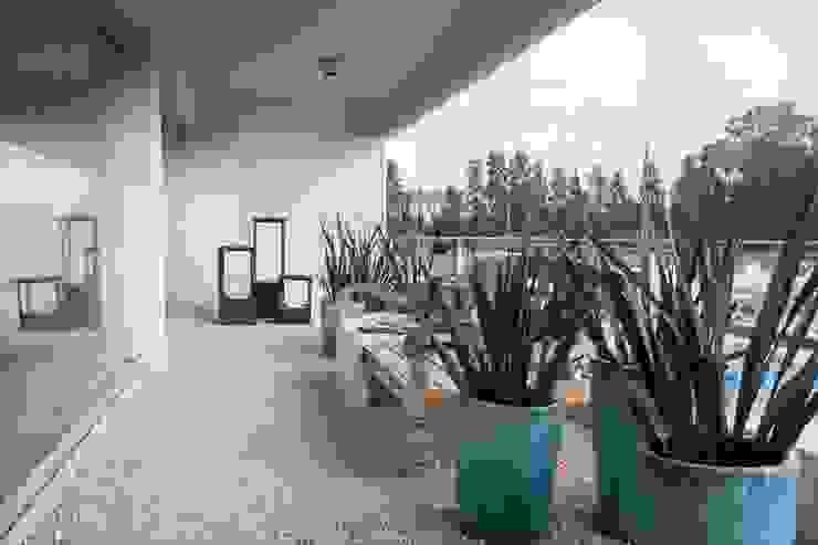 VIVIR Y TRABAJAR JUNTO AL MAR Balcones y terrazas modernos: Ideas, imágenes y decoración de Ines Calamante Diseño de Interiores Moderno