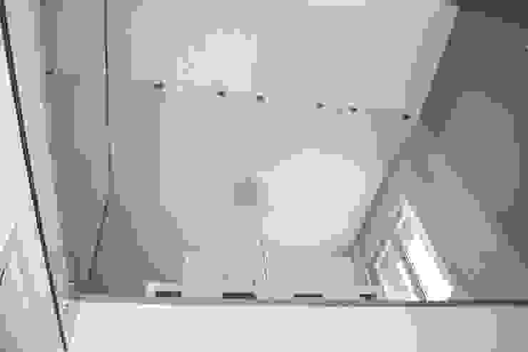 Pasillos y recibidores de estilo  por NCe Architetto