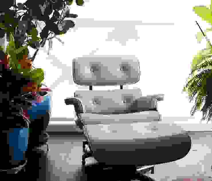 Poltrona e Puff Charles Eames por Essência Móveis e Decoração Eireli Clássico Madeira Efeito de madeira