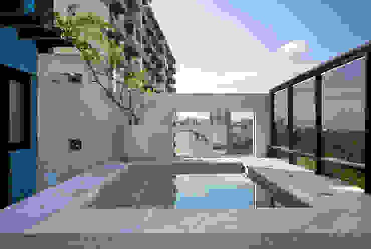 من Carmen Mouro - Arquitetura de Exteriores e Paisagismo حداثي رخام