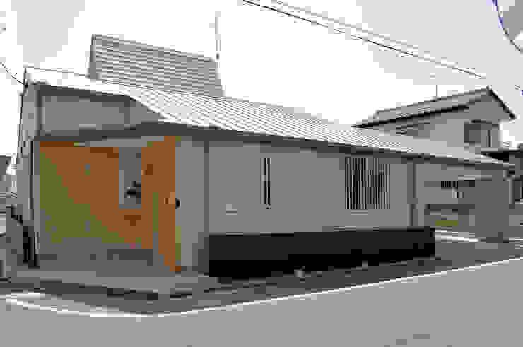 道路側の外壁はガリバリウム鋼鈑平葺き仕上 モダンな 家 の モリモトアトリエ / morimoto atelier モダン 金属