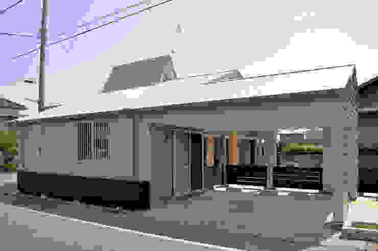 駐車場は建物と一体にして外観をシンプルに見せる モダンデザインの ガレージ・物置 の モリモトアトリエ / morimoto atelier モダン 金属