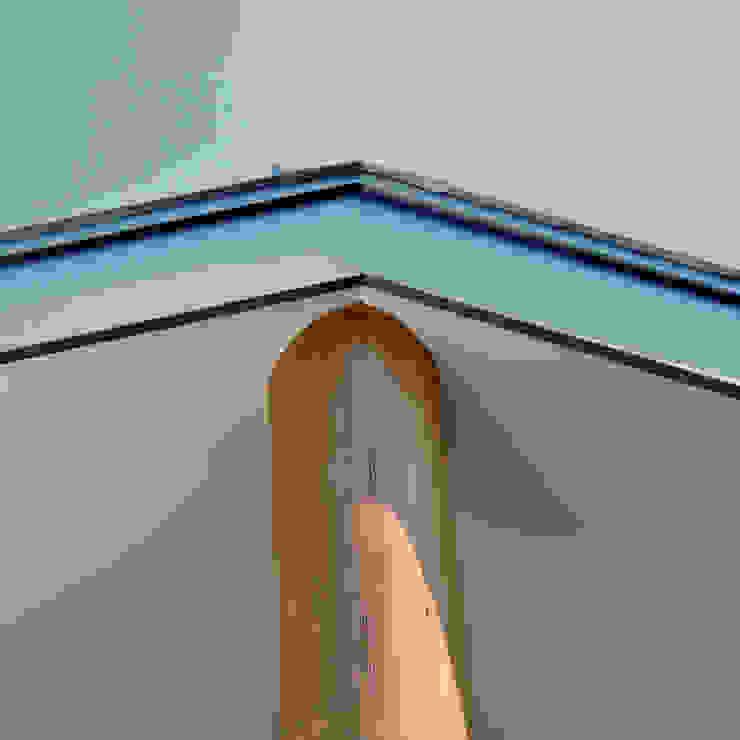 棟木を支える杉丸太の棟持ち柱 モダンな 家 の モリモトアトリエ / morimoto atelier モダン 木 木目調