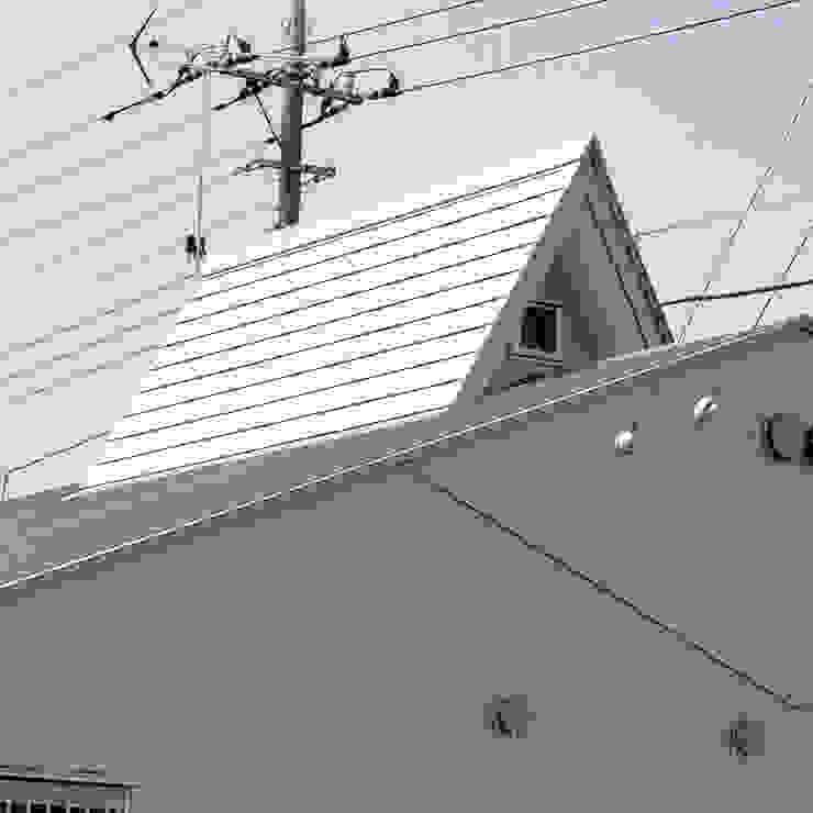 小屋裏部屋の小さな屋根 日本家屋・アジアの家 の モリモトアトリエ / morimoto atelier 和風 金属