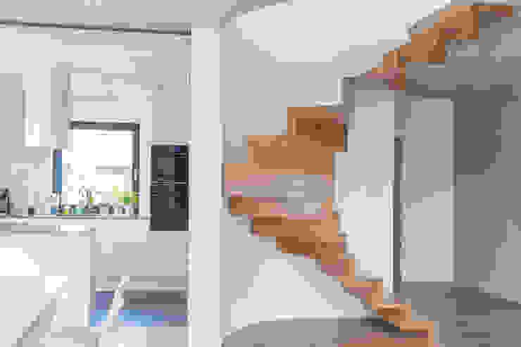 ที่เรียบง่าย  โดย BRODA schody-dywanowe, มินิมัล ไม้ Wood effect