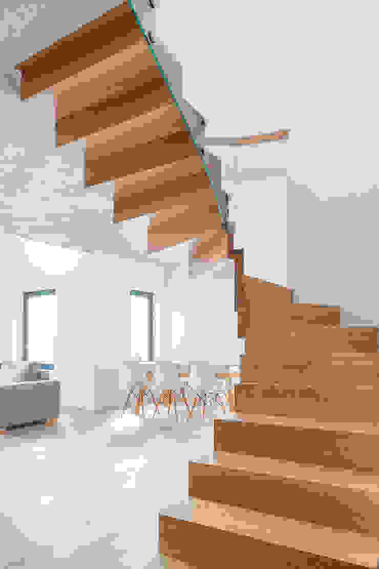 DREWNIANE SCHODY od BRODA schody-dywanowe Minimalistyczny Drewno O efekcie drewna