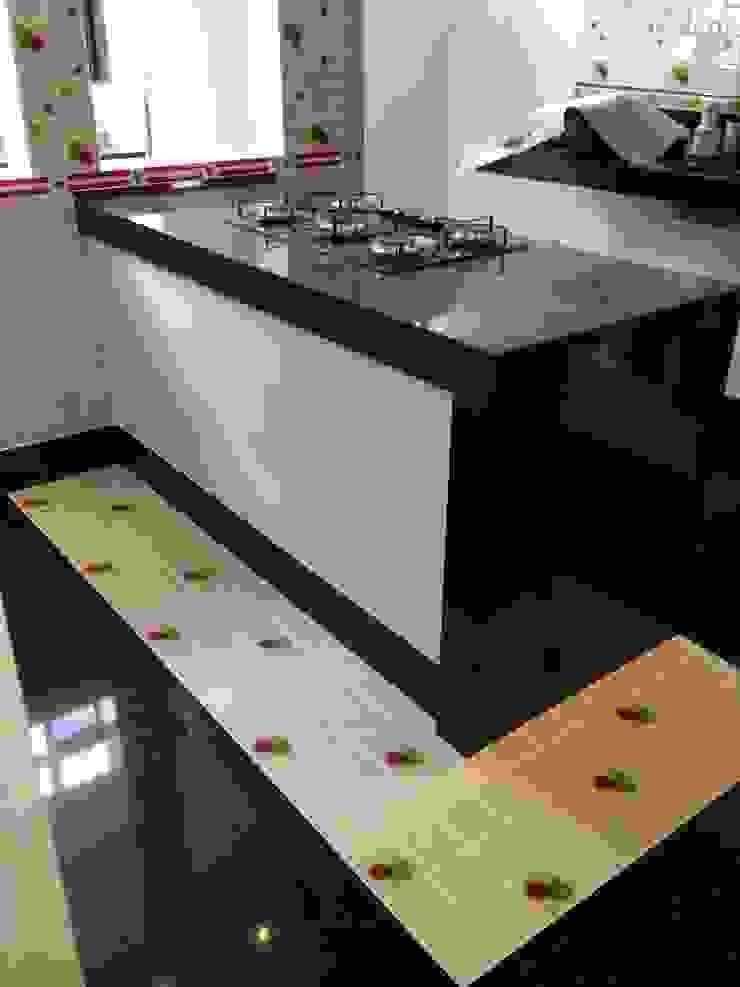 Detalhe piso cozinha Cozinhas modernas por Mágda Braga Interiores Moderno Granito