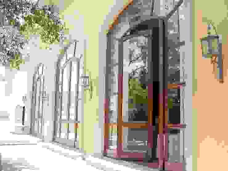 Fachada exterior antes de la remodelación Casas coloniales de Windlock - soluciones sustentables Colonial