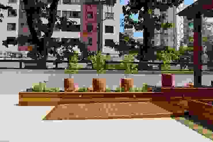 Rampa em carpintaria Varandas, alpendres e terraços modernos por Atelier Plural Moderno Madeira Efeito de madeira