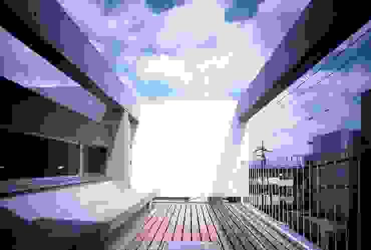 Minimalistyczny balkon, taras i weranda od スズケン一級建築士事務所/Suzuken Architectural Design Office Minimalistyczny