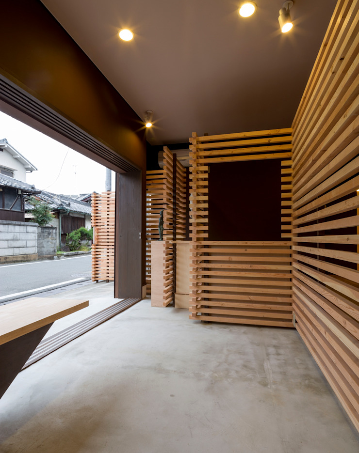 亞洲風玄關、階梯與走廊 根據 スズケン一級建築士事務所/Suzuken Architectural Design Office 日式風、東方風 木頭 Wood effect