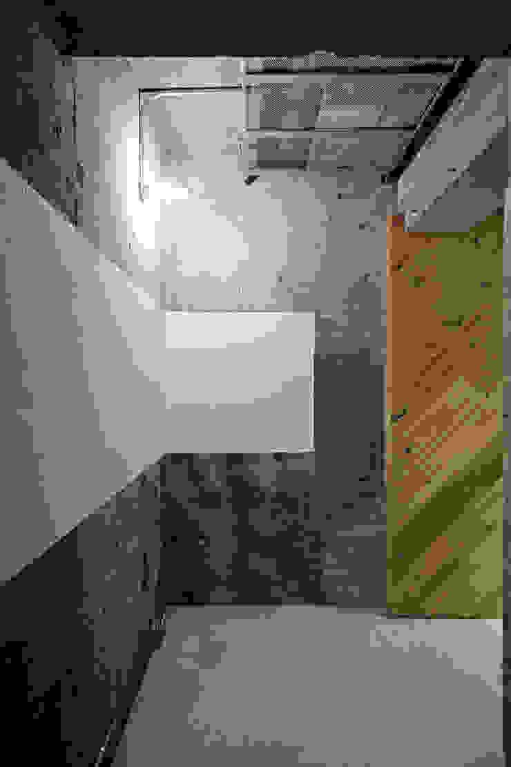 Коридор, прихожая и лестница в стиле лофт от .8 / TENHACHI Лофт