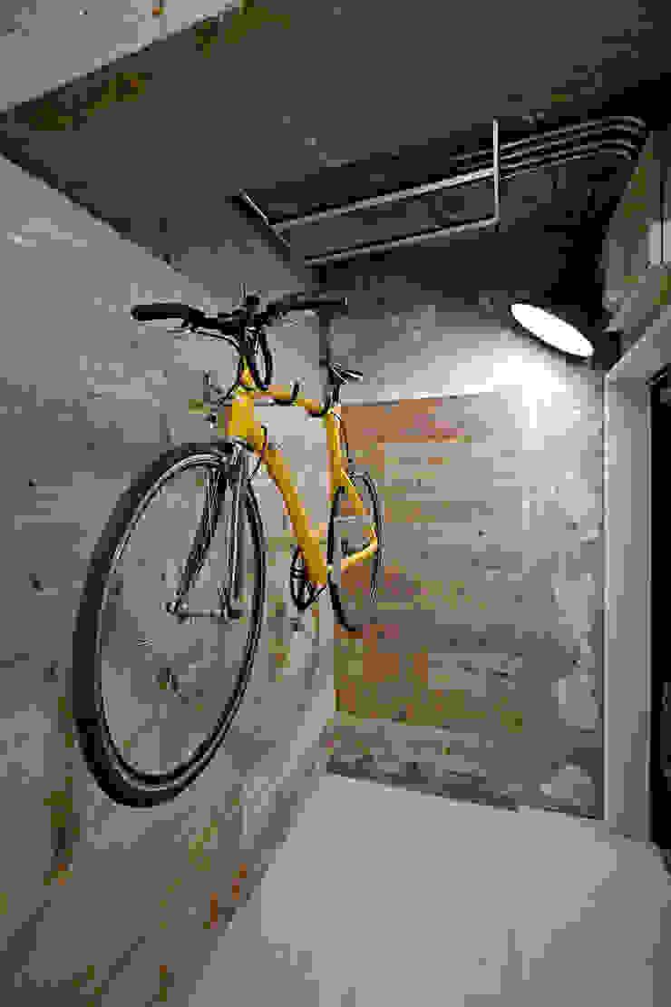 .8 HOUSE インダストリアルな 玄関&廊下&階段 の .8 / TENHACHI インダストリアル