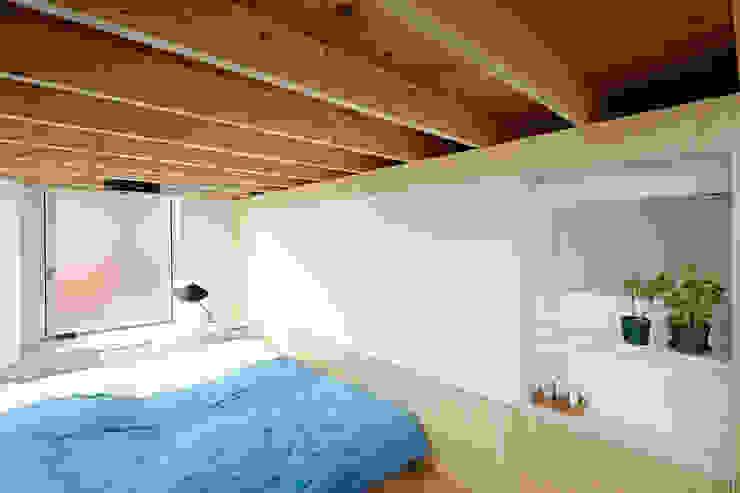 .8 HOUSE インダストリアルスタイルの 寝室 の .8 / TENHACHI インダストリアル