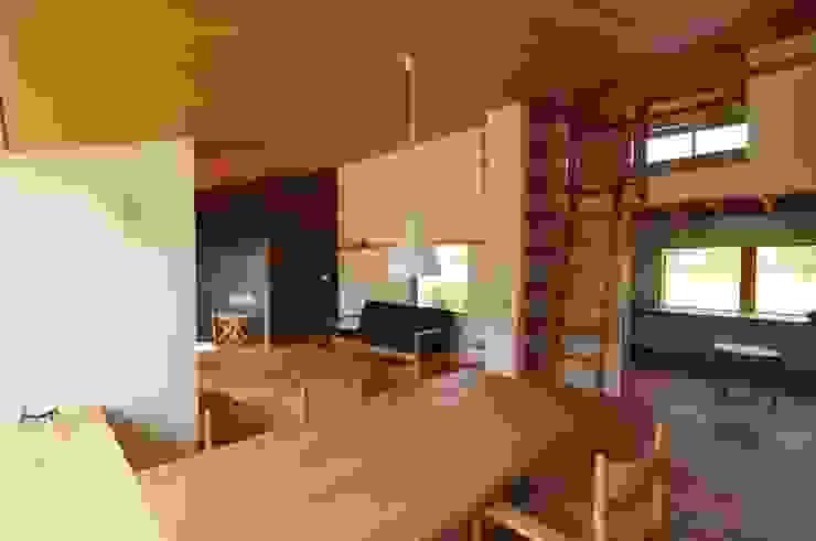 ダイニングからリビング オリジナルデザインの ダイニング の 加藤武志建築設計室 オリジナル 木 木目調