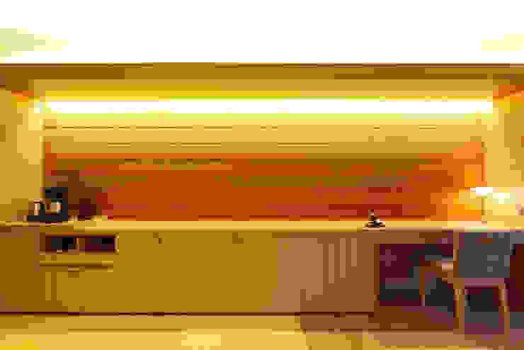 客室改修工事・和洋室: 株式会社井上輝美建築事務所+都市開発研究所  aim.design studioが手掛けた現代のです。,モダン