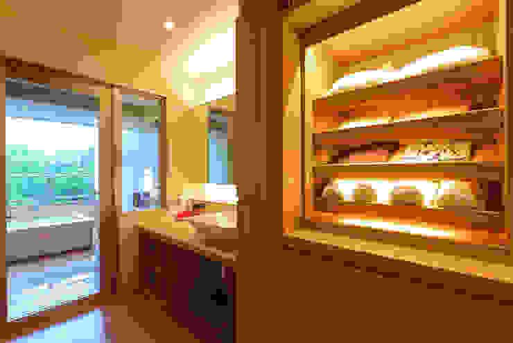 客室改修工事・客室洗面脱衣室: 株式会社井上輝美建築事務所+都市開発研究所  aim.design studioが手掛けた現代のです。,モダン