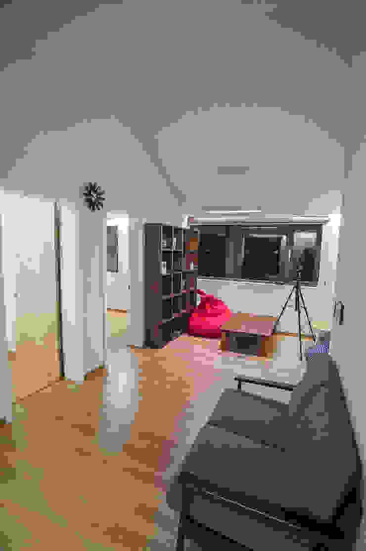 Couloir, entrée, escaliers modernes par ZeroLimitsArchitects Moderne