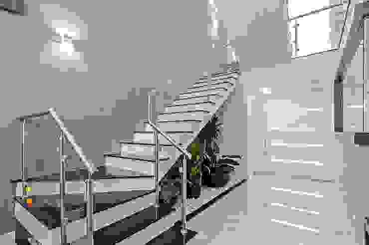 ESCADA COM JARDIM : Corredores e halls de entrada  por Patrícia Azoni Arquitetura + Arte & Design,Moderno