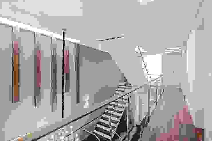 الممر الحديث، المدخل و الدرج من Patrícia Azoni Arquitetura + Arte & Design حداثي
