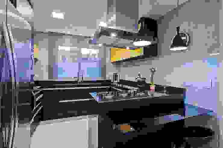 Patrícia Azoni Arquitetura + Arte & Design Modern kitchen Black