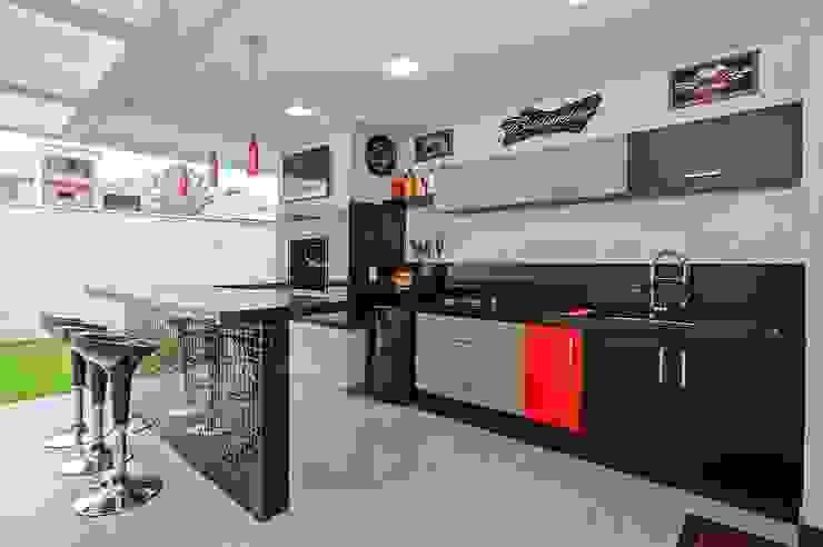 Kitchen by Patrícia Azoni Arquitetura + Arte & Design,