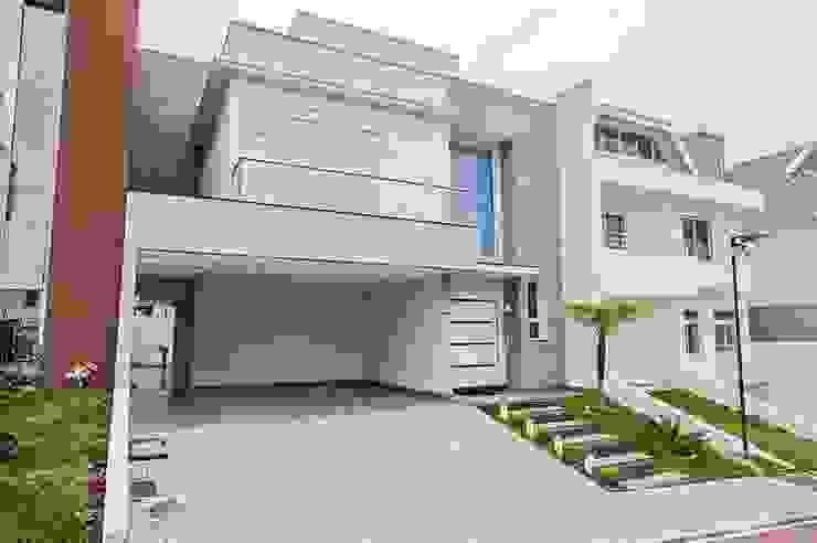 FACHADA Casas modernas por Patrícia Azoni Arquitetura + Arte & Design Moderno Pedra