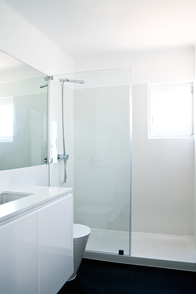 Modern bathroom by involve arquitectos Modern