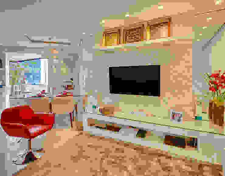 Home Tv Salas de estar minimalistas por Letícia Bowoniuk Arquitetura e Interiores Minimalista de madeira e plástico
