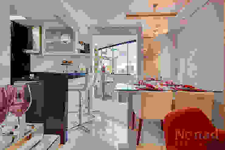 cozinha/ sala de jantar Cozinhas minimalistas por Letícia Bowoniuk Arquitetura e Interiores Minimalista de madeira e plástico