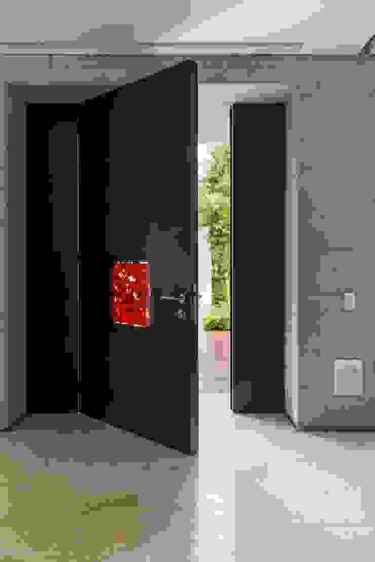Puerta Jimmiz Brainz de Studio Orfeo Quagliata Moderno Vidrio
