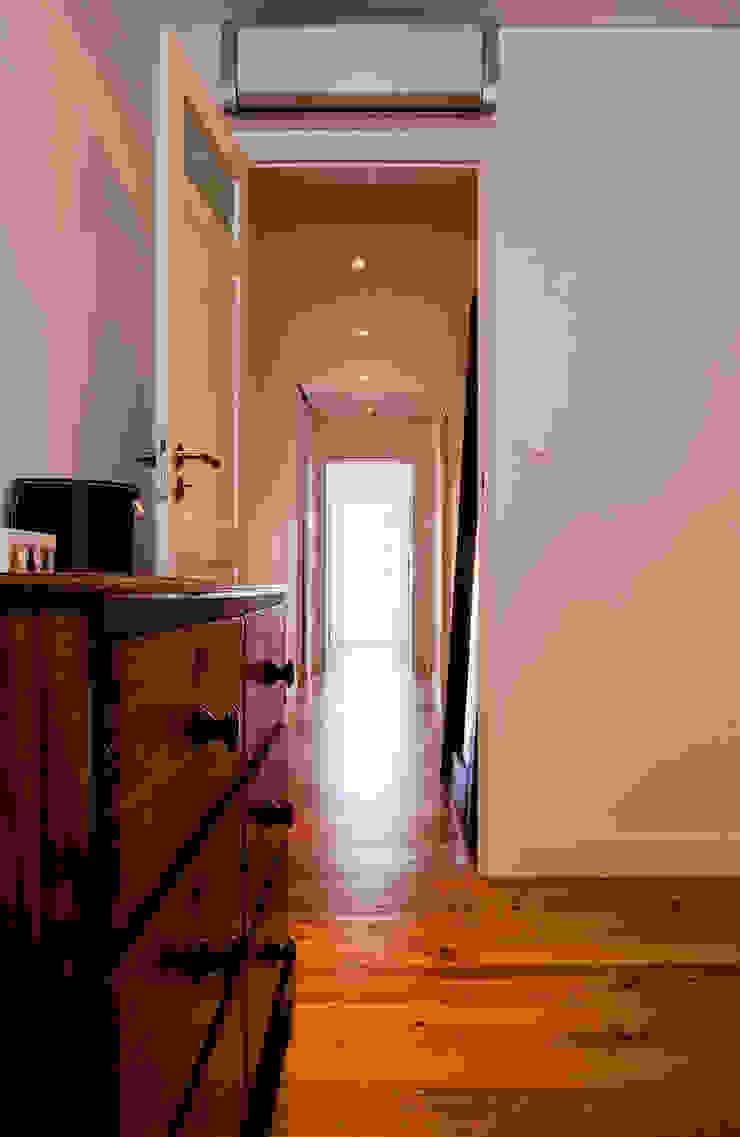 ห้องโถงทางเดินและบันไดสมัยใหม่ โดย involve arquitectos โมเดิร์น