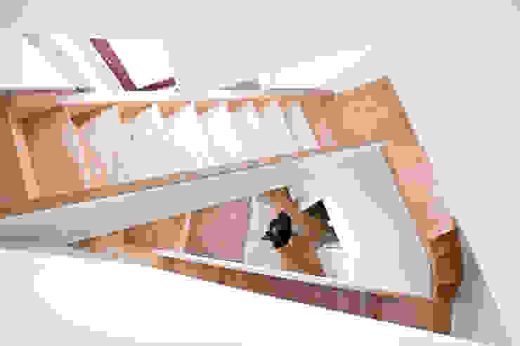 Pasillos, vestíbulos y escaleras de estilo ecléctico de A2OFFICE Ecléctico