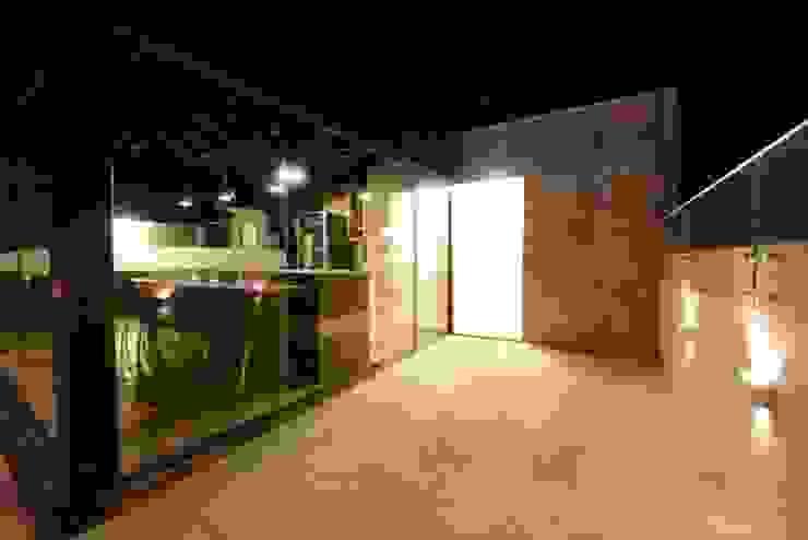 Área Gourmet em uma Cobertura Varandas, alpendres e terraços modernos por PATRÍCIA DINIZ-ARQUITETURA & INTERIORES Moderno