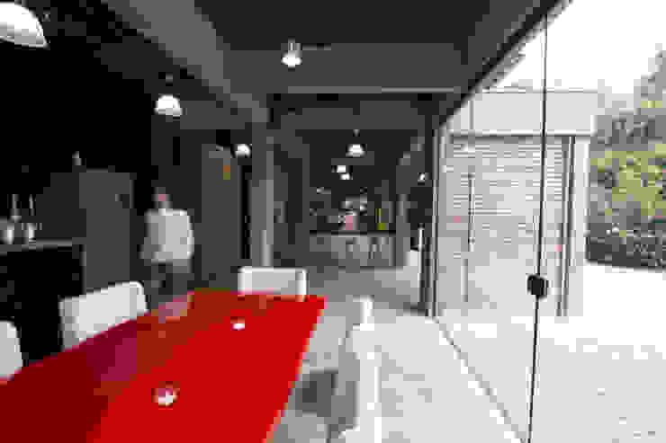 Carlos Dias Salas de jantar industriais por Mutabile Arquitetura Industrial