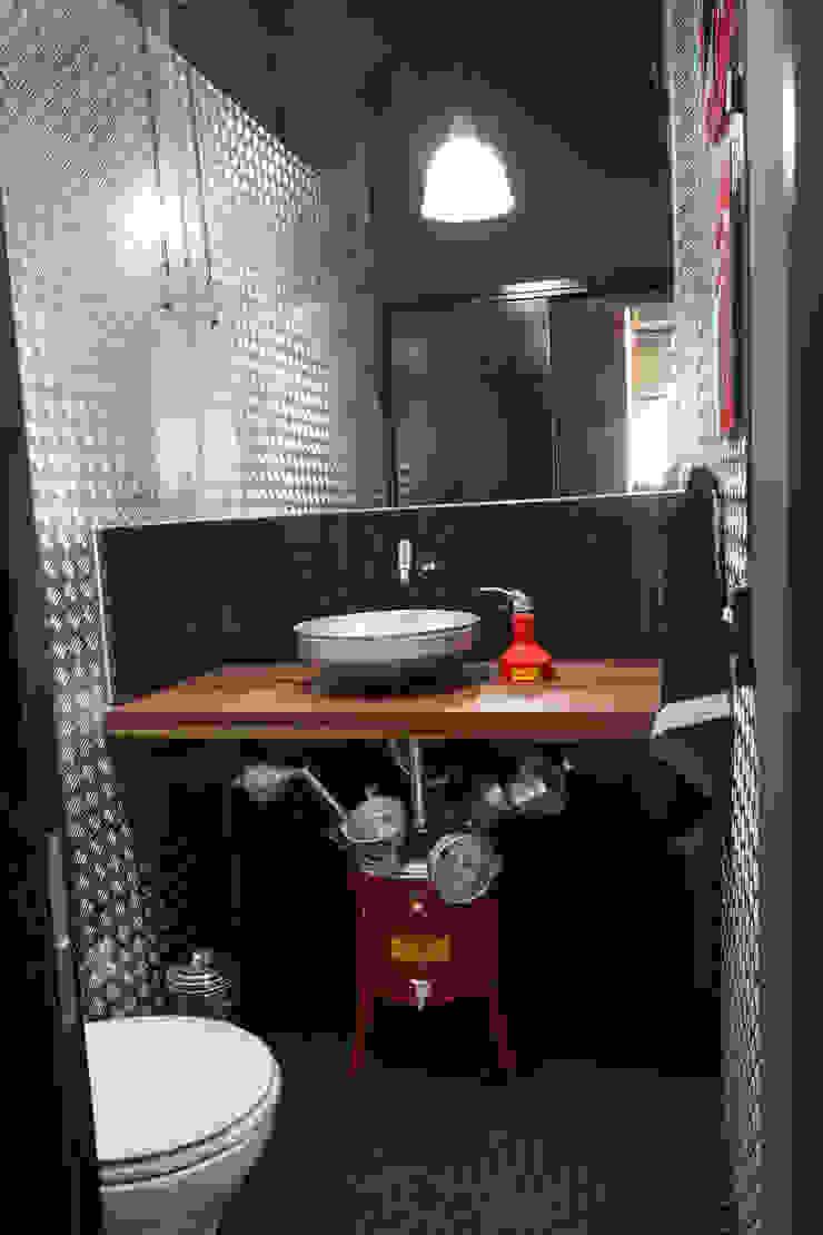 CASA VEREDAS DAS GERAES Banheiros industriais por Mutabile Arquitetura Industrial