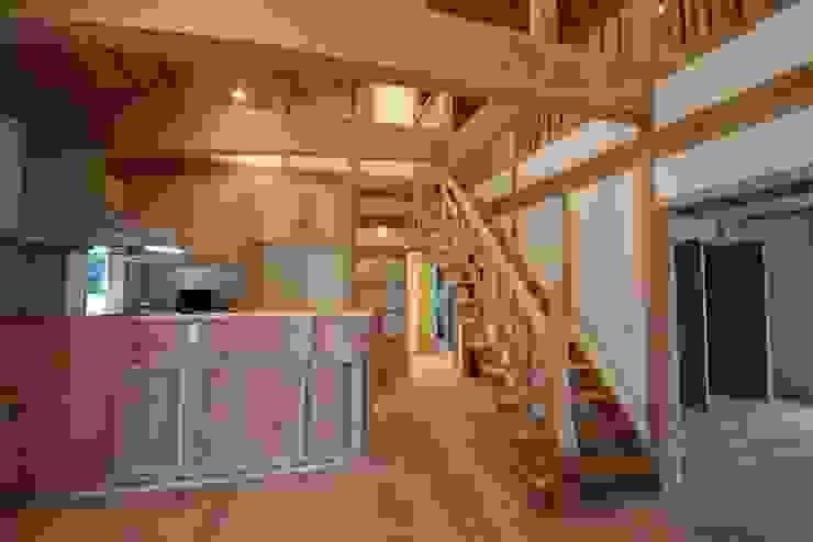 スリット階段:無垢材 オリジナルデザインの ダイニング の 株式会社粋の家 オリジナル