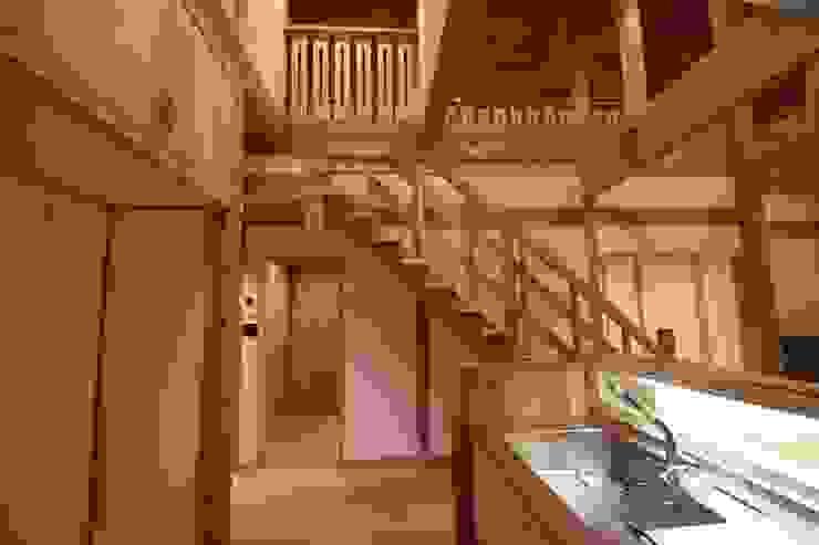 壁:漆喰、無垢材で作った家 オリジナルデザインの キッチン の 株式会社粋の家 オリジナル