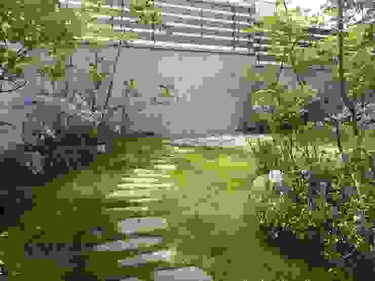 Jardines de estilo ecléctico de eni Ecléctico