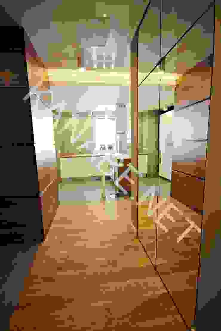 Drewno Beton Szkło Nowoczesny korytarz, przedpokój i schody od KANABE Nowoczesny