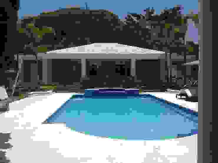 Residência Itaúna Piscinas tropicais por Studio HG Arquitetura Tropical
